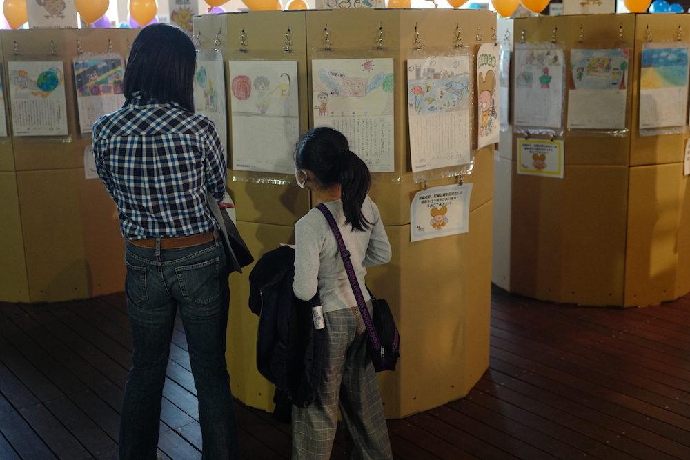 環境絵日記の展示を見る親子