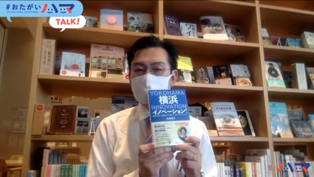 本を紹介する中崎さん