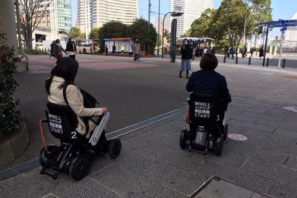 椅子型のWHILLに乗車する人々