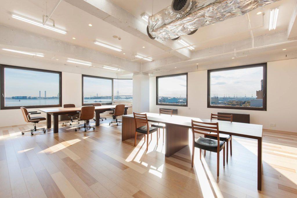 横浜港が一望できるビル10階のオフィス