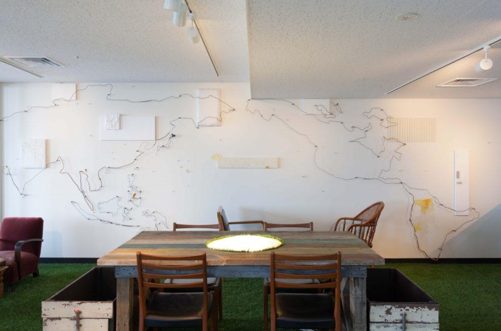 みなとオフィスに設置されたアップサイクルアートは、廃材で世界地図を表現している。