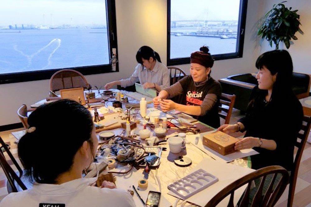 みなとオフィスで横浜港を眺めながらアートを作る人々