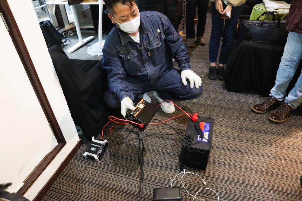 オフグリッドの電力を使ったスマートフォンを充電する様子