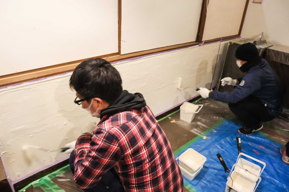 壁にペンキを塗る様子