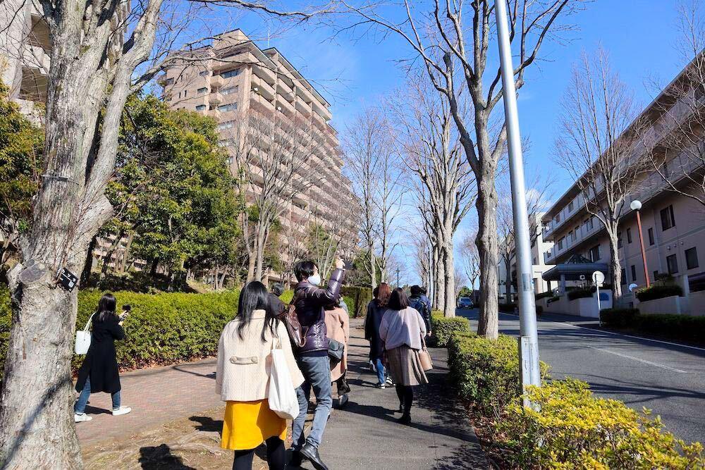 まちあるきの様子。横浜特有の、坂の多い土地が続く。